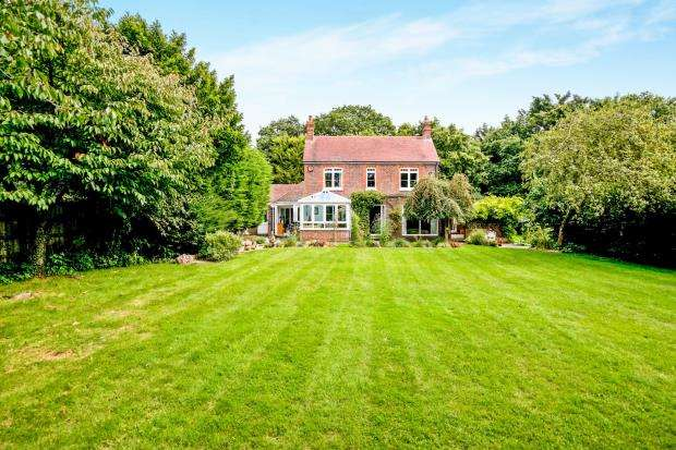 5 Bedrooms Detached House for sale in Hambrook, Chichester, West Sussex