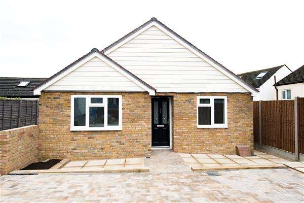 2 Bedrooms Bungalow for sale in Crown Villa, Crown Road, Milton Regis, Sittingbourne