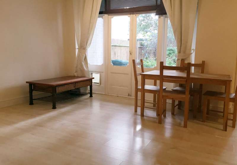 2 Bedrooms Flat for sale in Radbourne Avenue, Ealing