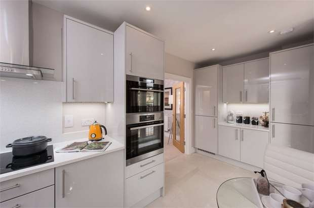 3 Bedrooms Town House for sale in Banks Place, London Road, Isleworth