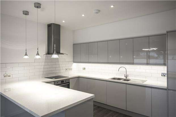 2 Bedrooms Property for sale in Ifold Road, REDHILL, RH1 6EG