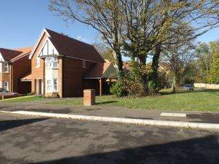 3 Bedrooms Link Detached House for sale in Kings Avenue, Ashford, Kent