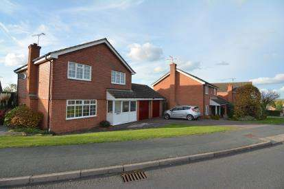 4 Bedrooms Detached House for sale in Eversley, Pitsea, Essex