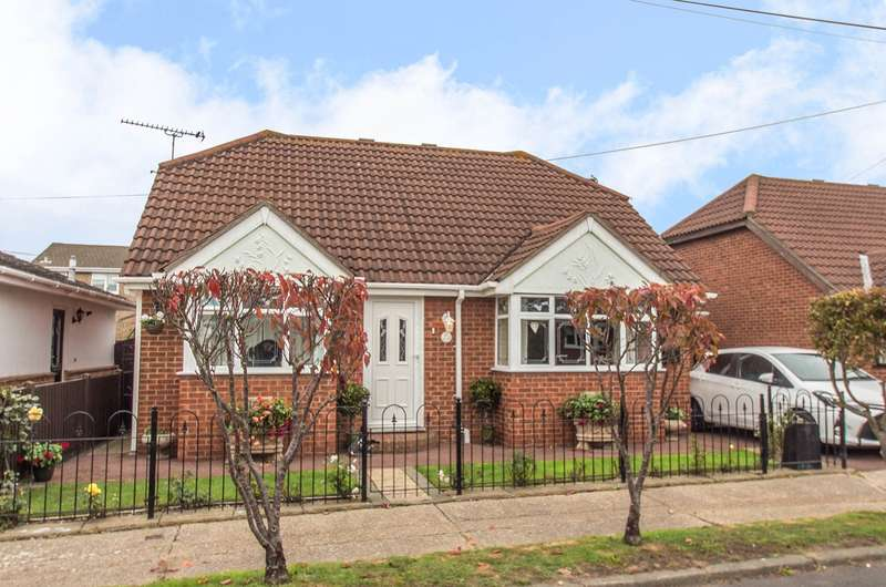 3 Bedrooms Detached Bungalow for sale in Metz Avenue, Canvey Island, SS8
