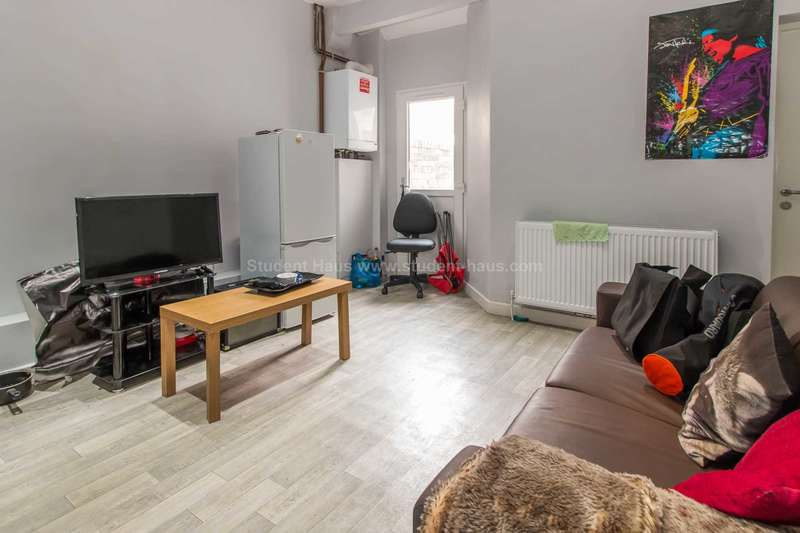 4 Bedrooms House for rent in Milnthorpe Street, Salford, M6 6DT