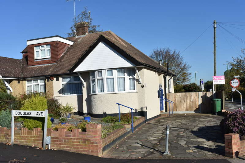 2 Bedrooms Semi Detached Bungalow for sale in Douglas Avenue, Watford