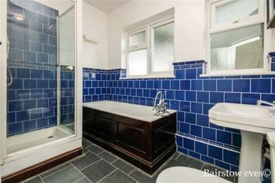 3 Bedrooms Flat for rent in The Laurels,Buckhurst hill