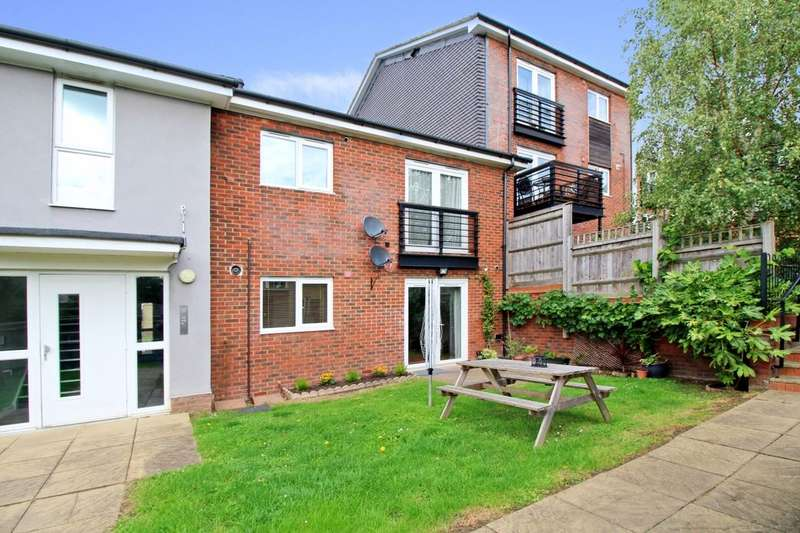 2 Bedrooms Flat for sale in Gilroy Road, Hemel Hempstead, HP2