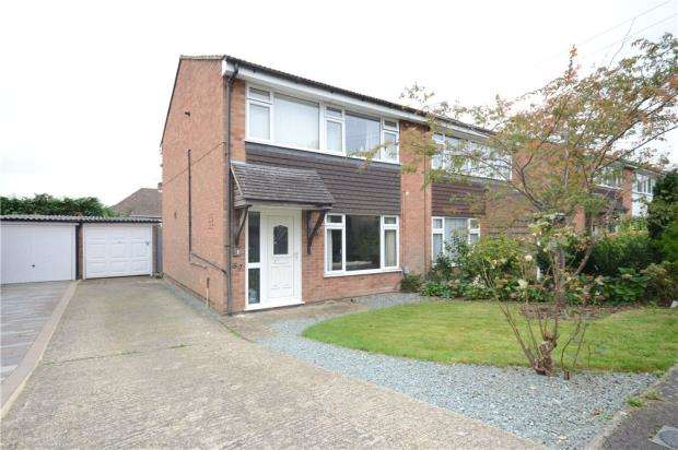 3 Bedrooms Semi Detached House for sale in Rushden Way, Farnham, Surrey