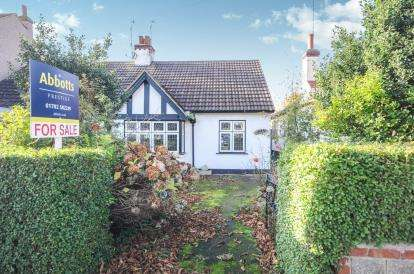 2 Bedrooms Bungalow for sale in Westcliff-On-Sea, Essex, .