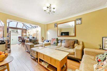 3 Bedrooms Terraced House for sale in Swan Drive, London