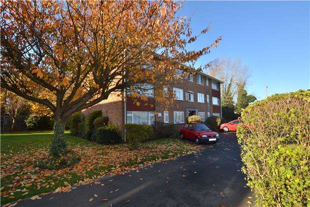 2 Bedrooms Flat for sale in Dolphin Court, Beddington Gardens, Wallington, SM6 0HP