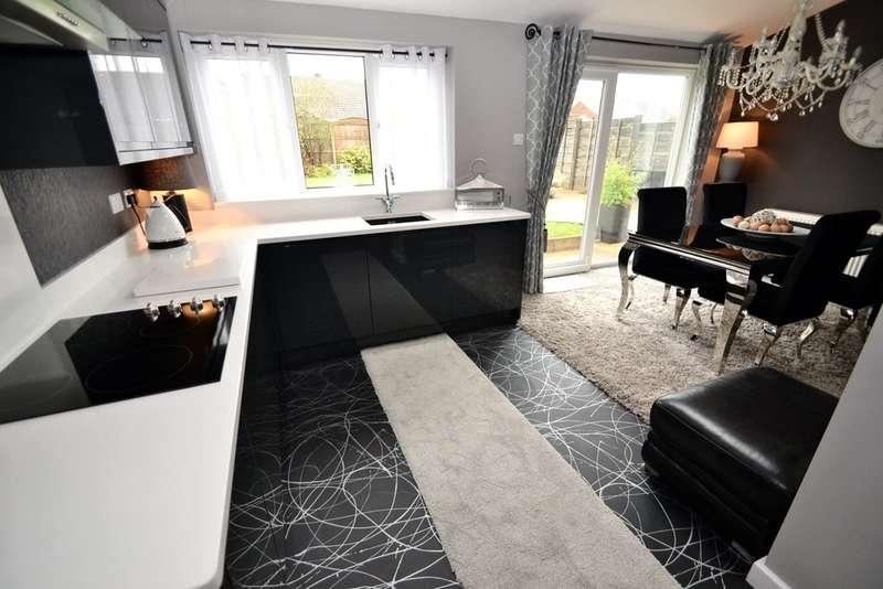 3 Bedrooms Detached House for sale in Lyndhurst Avenue, Hazel Grove, Stockport SK7 5PN
