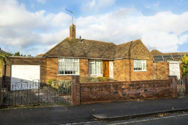 2 Bedrooms Detached Bungalow for sale in Pentland Close, Reading,