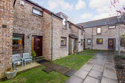 3 Bedrooms Terraced House for sale in Millbrae Court, Glasgow