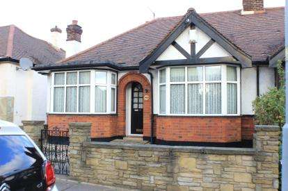 3 Bedrooms Bungalow for sale in Barkingside, Essex
