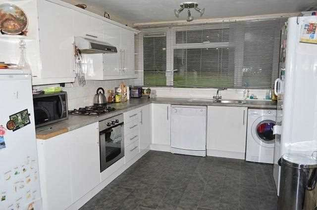 2 Bedrooms Flat for rent in Woodchurch Court, Blacksmiths Lane, Orpington
