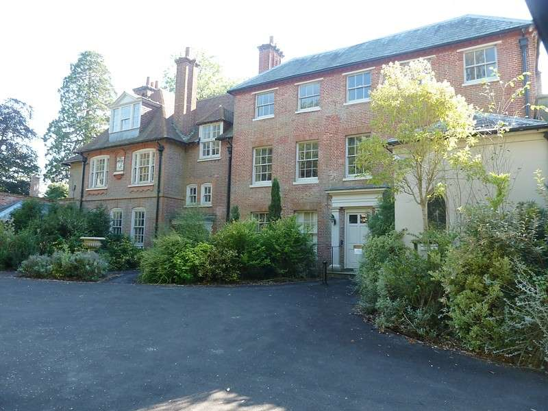 2 Bedrooms Flat for rent in Botley Hill House, Botley, Southampton, SO30