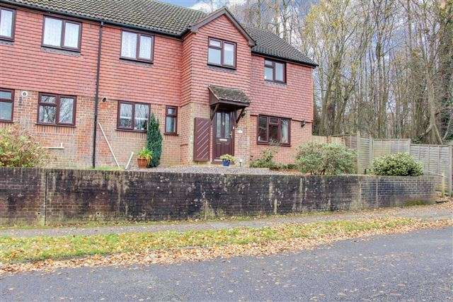 4 Bedrooms Semi Detached House for sale in William Morris Way, Tollgate Hill, Crawley