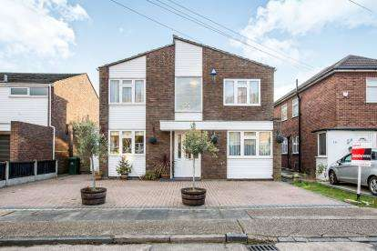 5 Bedrooms Detached House for sale in Mawneys, Romford, Havering