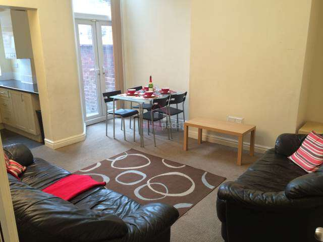 10 Bedrooms House for rent in Bolton Road, Salford,