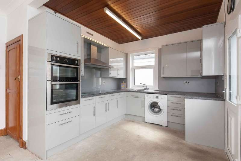 3 Bedrooms Bungalow for sale in Wakefield Avenue, Craigentinny, Edinburgh, EH7 6TN