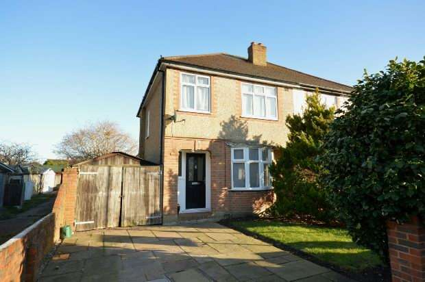 3 Bedrooms Semi Detached House for sale in Lynton Close, Chessington
