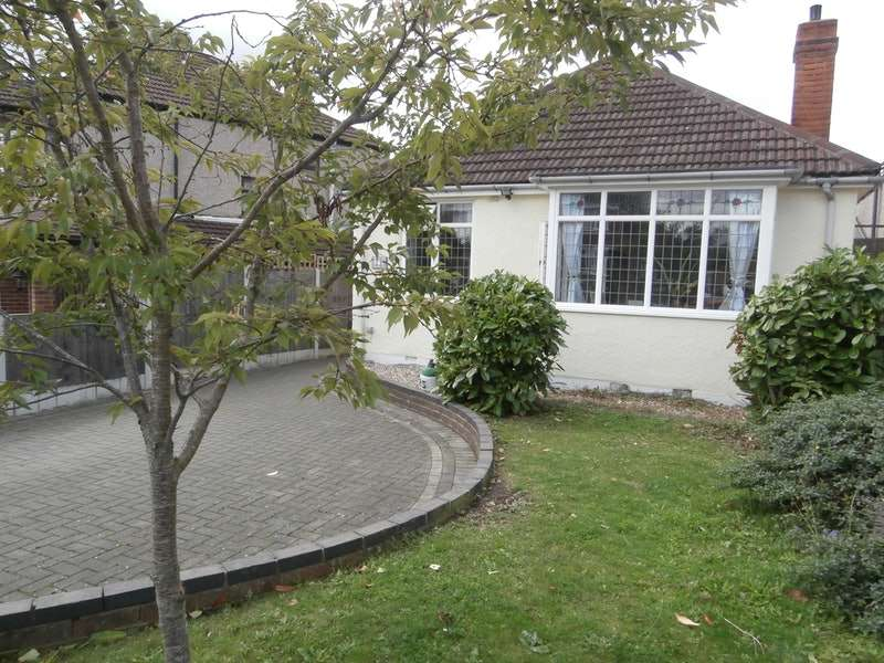 2 Bedrooms Bungalow for sale in Mashiters Hill, Romford, Essex, RM1