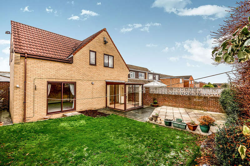 4 Bedrooms Detached House for sale in Tenterfield Road, Ossett, WF5