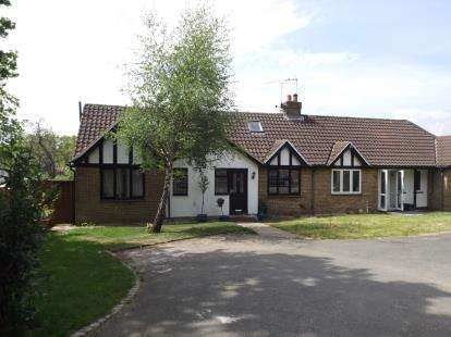 4 Bedrooms Bungalow for sale in Woodford Green, Essex