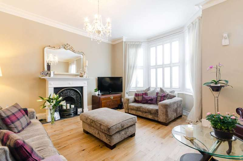 3 Bedrooms Flat for sale in Thornbury Road, Hounslow, TW7