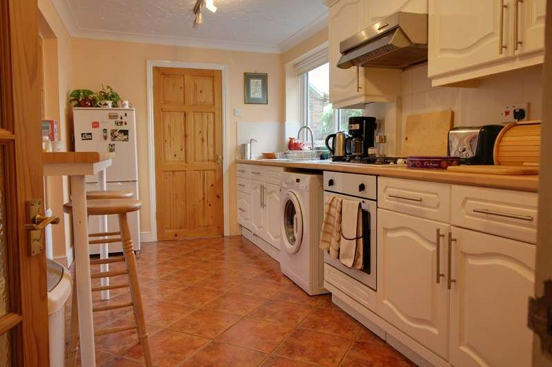 3 Bedrooms Semi Detached House for sale in Stratford Drive, Norwich
