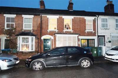3 Bedrooms Terraced House for rent in Close to town centre