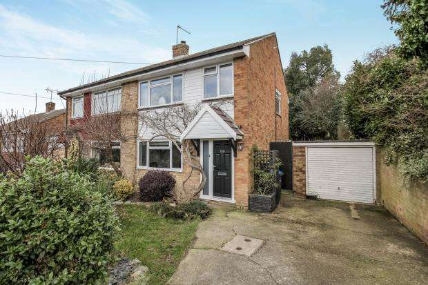 3 Bedrooms Semi Detached House for sale in Row Town, Addlestone, Surrey