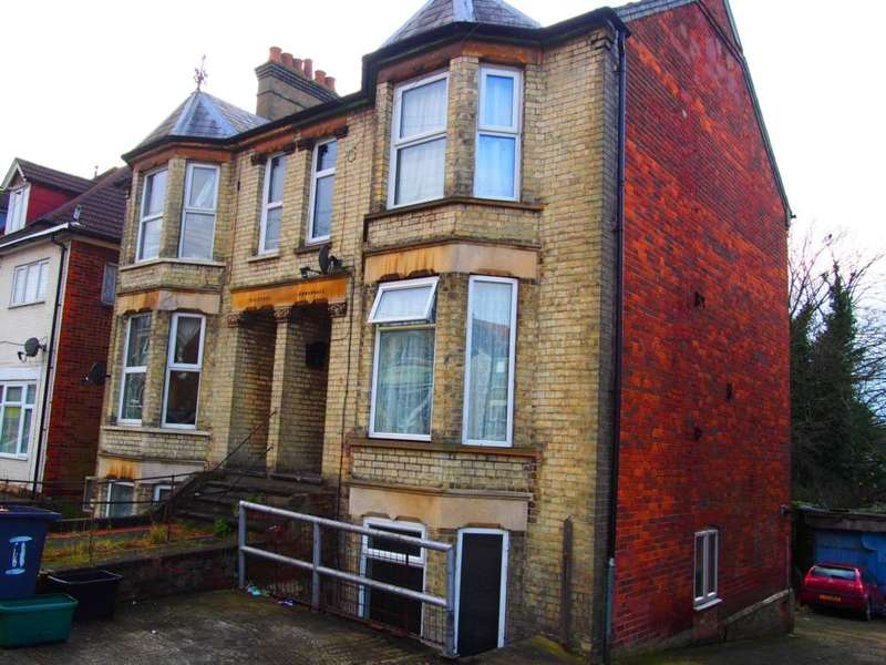 5 Bedrooms Semi Detached House for rent in Roberts Road, High Wycombe