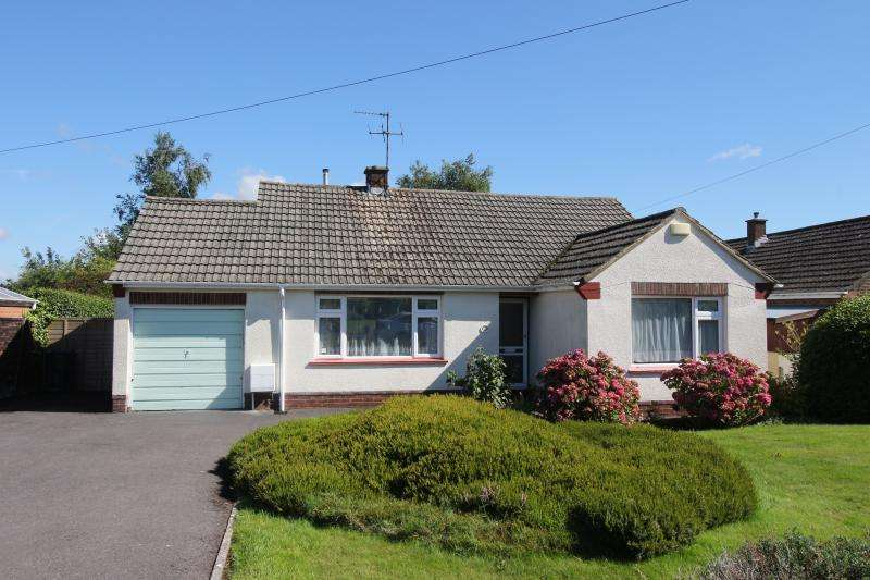 3 Bedrooms Detached Bungalow for sale in Ludlow Close, WARMINSTER, BA12