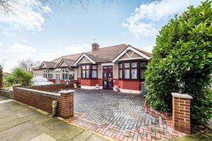 3 Bedrooms Bungalow for sale in Woodford, Green, Essex