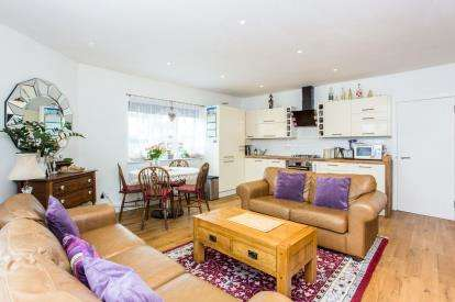 2 Bedrooms Maisonette Flat for sale in Penn Court, Colindale Avenue, Colindale, London