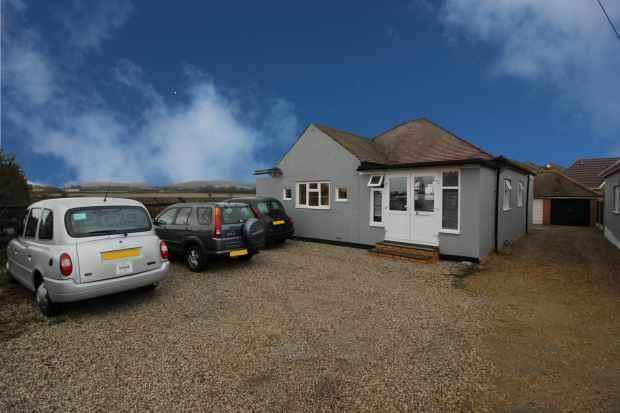 3 Bedrooms Detached Bungalow for sale in Hog Hill Road, Romford, Essex, RM5 2DH