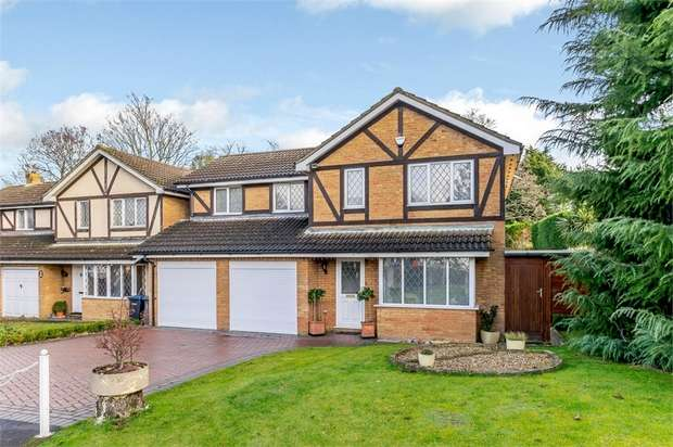 4 Bedrooms Detached House for sale in Tinsey Close, Egham, Surrey