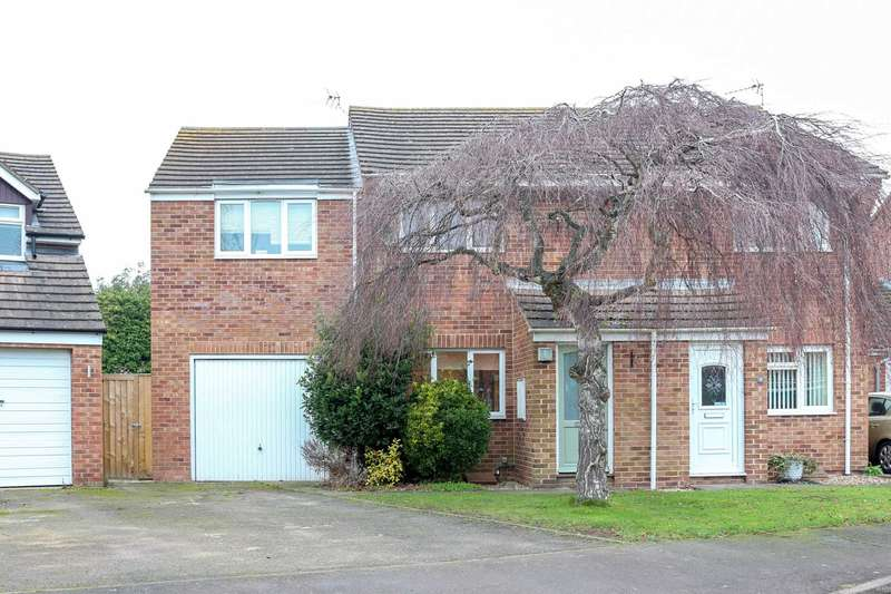 3 Bedrooms Semi Detached House for sale in Flemming Avenue, Chalgrove
