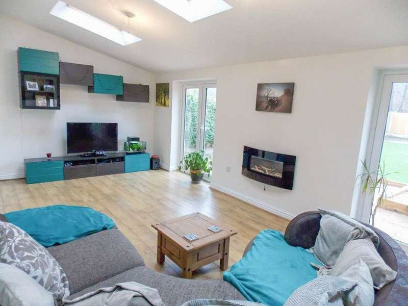 3 Bedrooms Detached House for sale in Pewfist Green, Westhoughton, Bolton, BL5