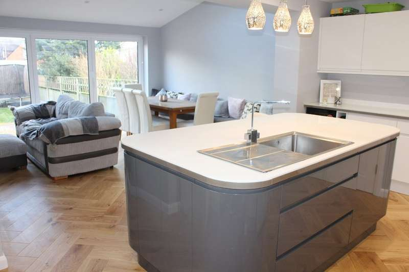 4 Bedrooms Semi Detached House for sale in Blenheim Close, Upminster