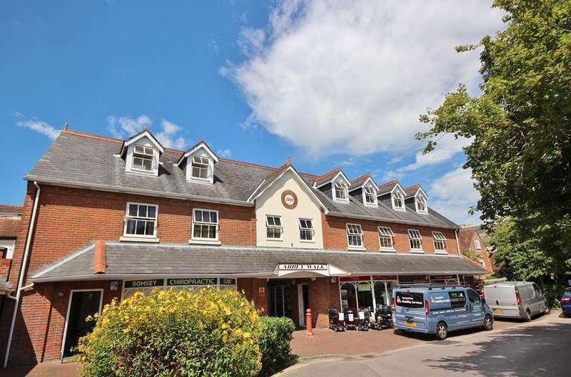 2 Bedrooms Flat for sale in CENTRAL ROMSEY