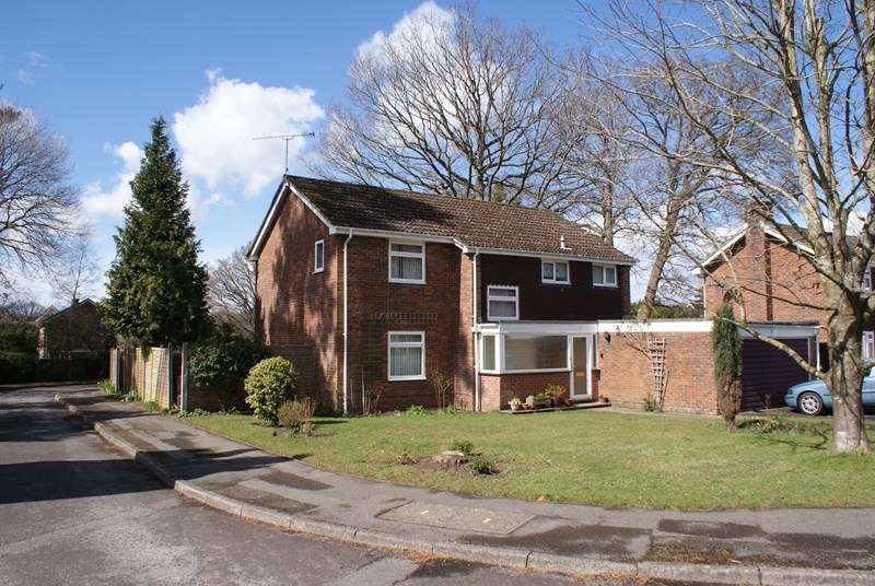 4 Bedrooms Detached House for rent in Pine Walk, Liss
