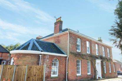 2 Bedrooms Flat for sale in Hall Close, Fakenham, Norfolk