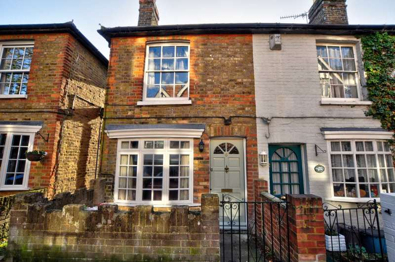 2 Bedrooms Terraced House for rent in Camden Place, Bourne End