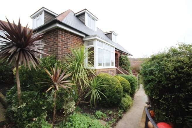 3 Bedrooms Detached Bungalow for rent in Freshfield Road, Brighton