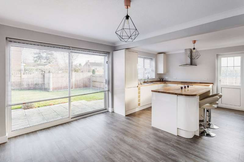 5 Bedrooms Detached House for sale in Dickins Way, Horsham