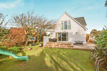 4 Bedrooms Bungalow for sale in Harlyn Road, Padstow, Cornwall
